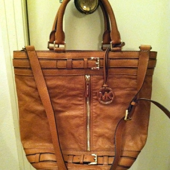 35ae5256d5a6 MICHAEL KORS KINGSBURY LEATHER BUCKET BAG. M_5a79eca82ae12fcc64f5f01c